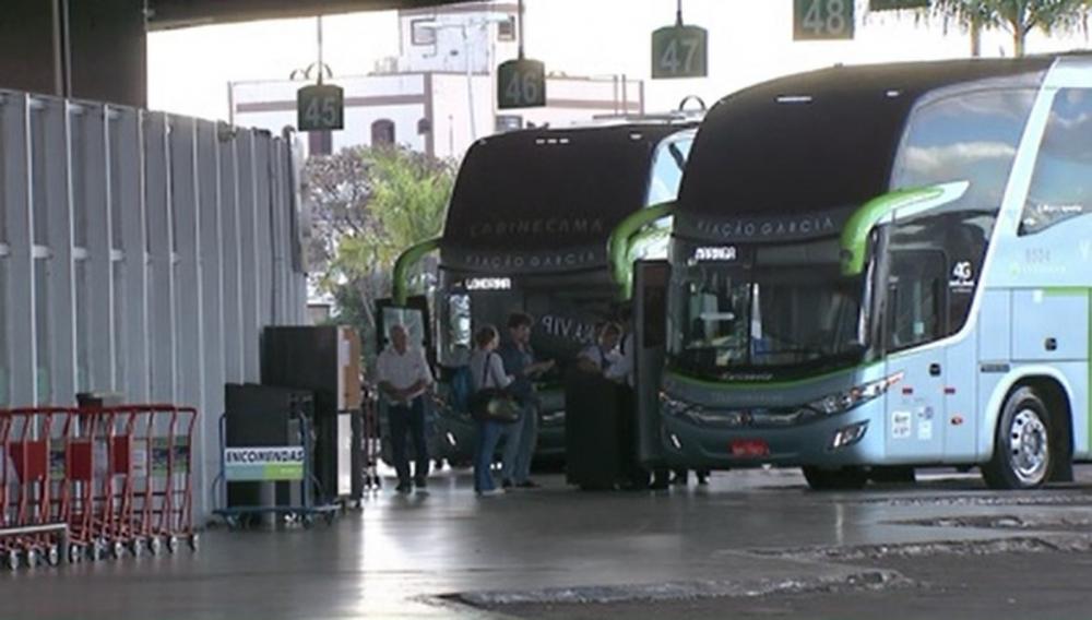 Suspeito foi preso ao desembarcar do ônibus em Londrina — Foto: Reprodução/RPC