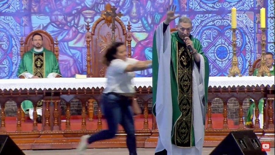 Padre Marcelo Rossi é empurrado durante missa e cai de palco; vídeo