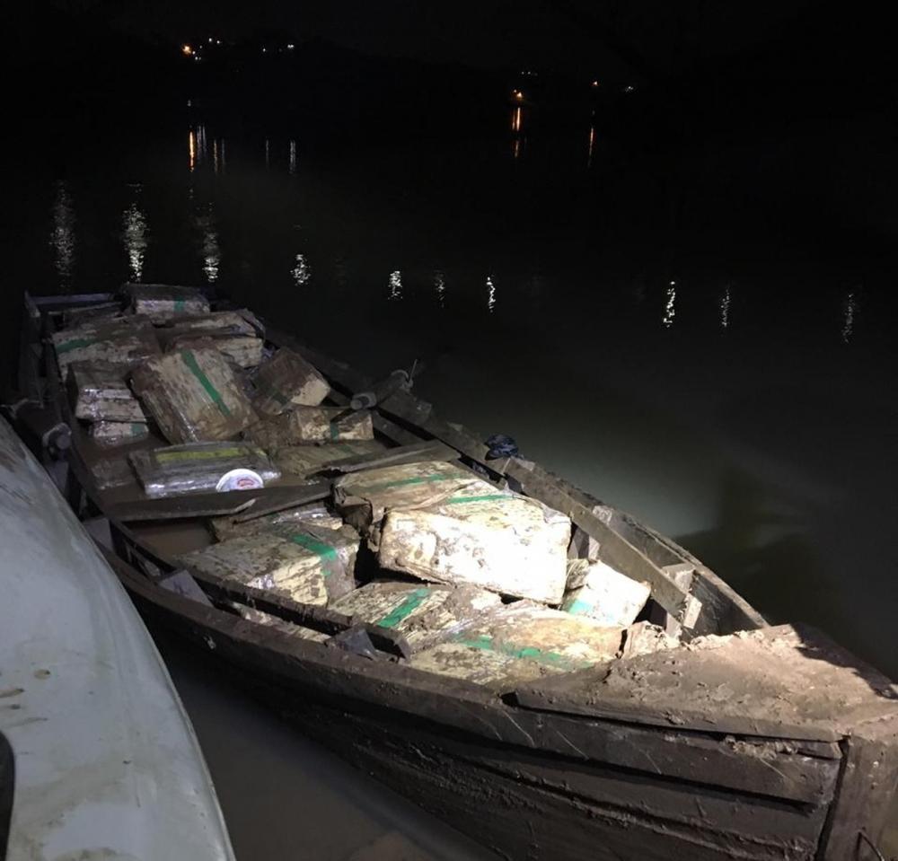Droga estava sendo transportada em um barco, perto da Ponte Internacional da Amizade — Foto: Divulgação/PF