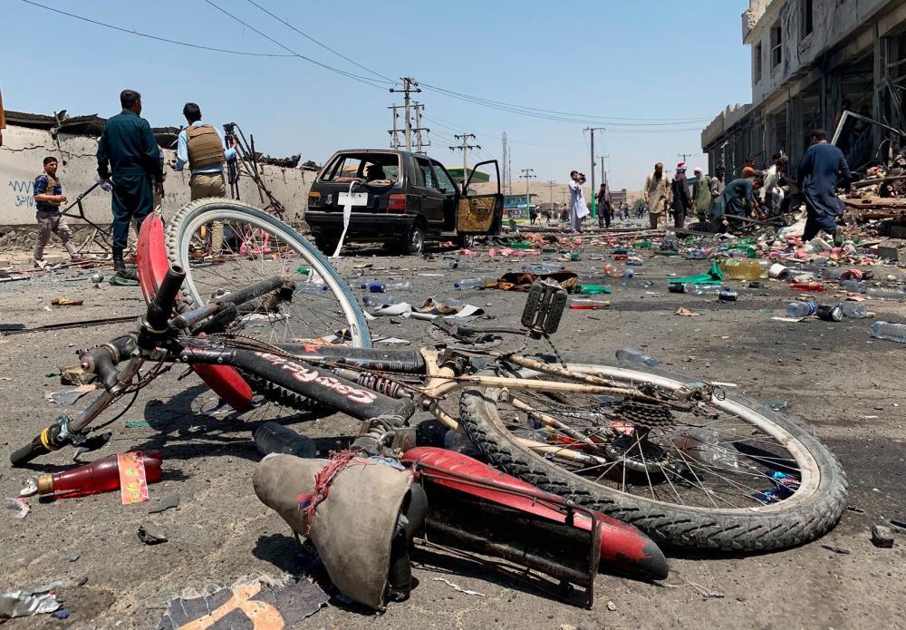 Bicicleta danificada é vista no local de um ataque suicida em Cabul, no Afeganistão, nesta quinta-feira (25) — Foto: Rahmat Gul/ AP