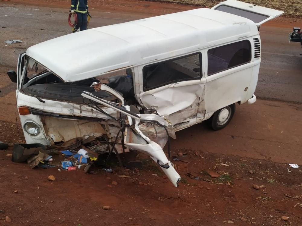 Na kombi, estavam quatro pessoas; todas ficaram feridas — Foto: Joarez Negrona/Correio do Ar