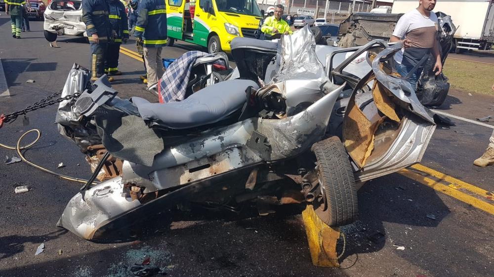 Uma jovem que estava no carro morreu no local; o motorista ficou preso às ferragens e foi levado ao hospital em estado grave — Foto: PRF/Divulgação