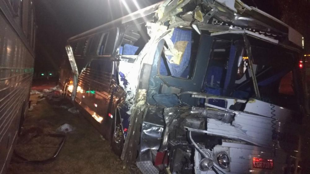 Motorista do ônibus não conseguiu frear a tempo e bateu na traseira da carreta, em Cascavel — Foto: Divulgação/PRF