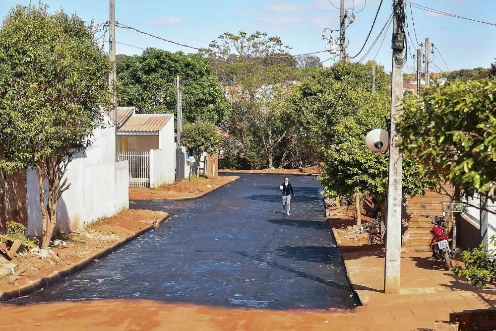 Ruas do Alto da Glória em Umuarama começam receber capa asfáltica