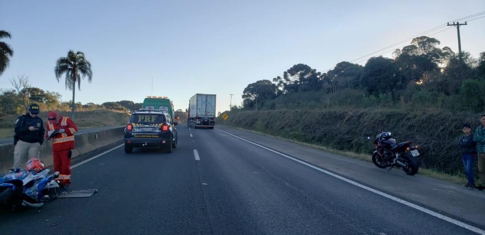 Motociclista fica gravemente ferido em acidente com caminhão, na BR-277 — Foto: Divulgação/PRF