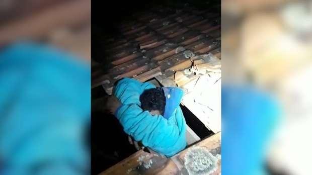 Suspeito fica pendurado em telhado ao tentar fugir da PM