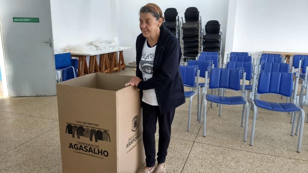 Dona Jaqueline não quis saber o que tinha no envelope de devolveu ao Cras — Foto: Vitor Hugo Bittencourt/RPC