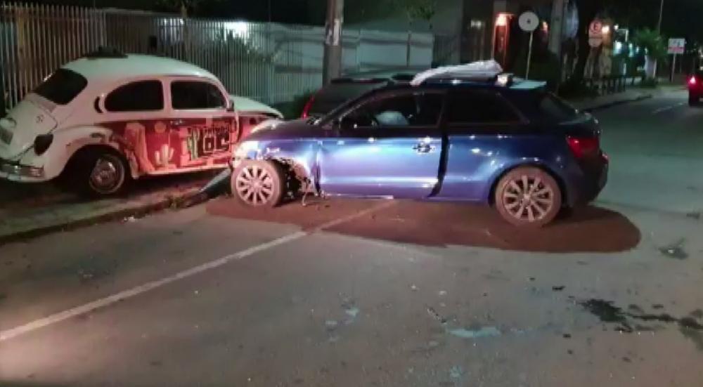 Carro bateu em outros dois veículos estacionados, em Curitiba — Foto: Reprodução/RPC