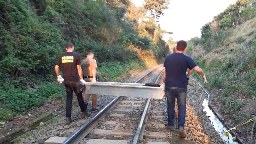 Corpo estava partido ao meio, segundo testemunhas que moram perto do local. Foto: aRede/COP