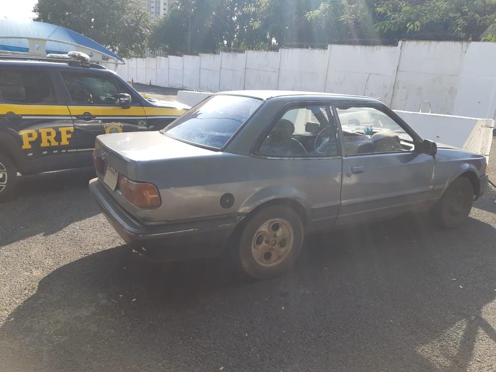Carro era licenciado no Brasil e tinha alerta de furto registrado em abril de 1992 — Foto: PRF/Divulgação