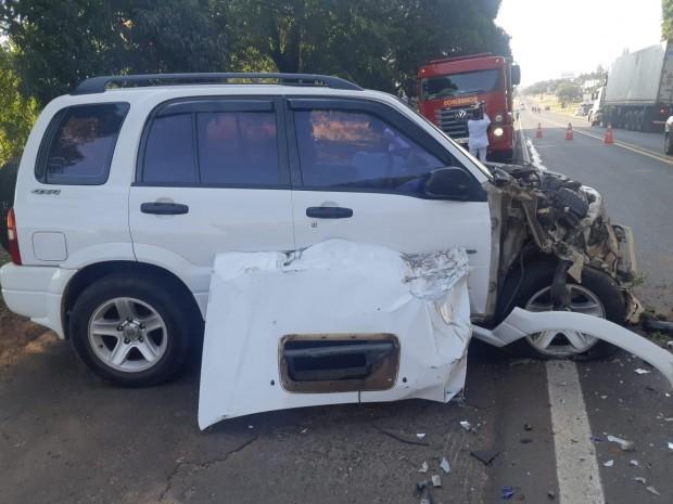 Homem fica ferido após colisão entre caminhão e carro na PR-323