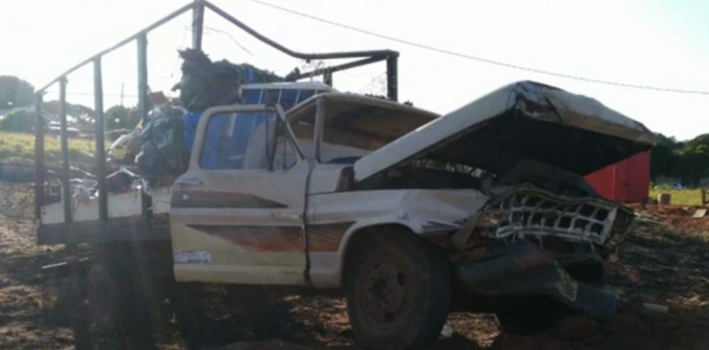 Idoso morre após carro bater contra barranco, em Umuarama