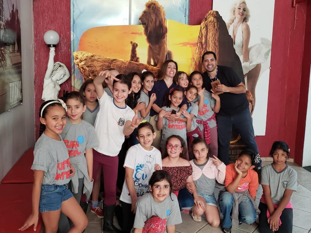 """Crianças do projeto Futuro Integral assistem """"O Rei Leão"""" no cinema"""
