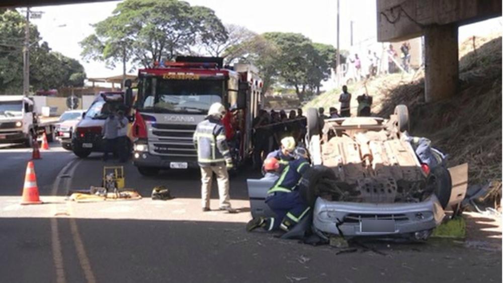 Carro caiu de viaduto em Maringá — Foto: Reprodução/RPC