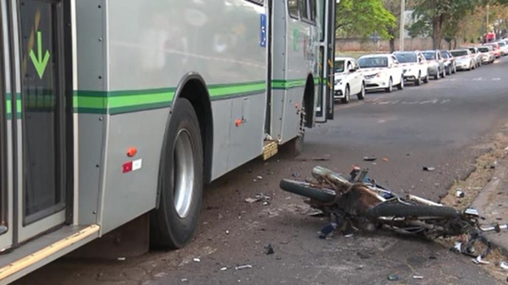 Motociclista morreu após bater contra ônibus em Maringá — Foto: Reprodução/RPC