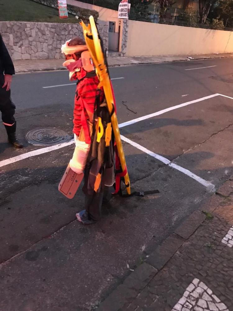 Paciente foi flagrado andando pela rua com maca amarrada ao corpo — Foto: Arquivo Pessoal