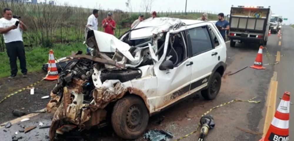 Motorista morre após bater carro atrás de caminhão na PR-170, em Guarapuava — Foto: Reprodução/RPC