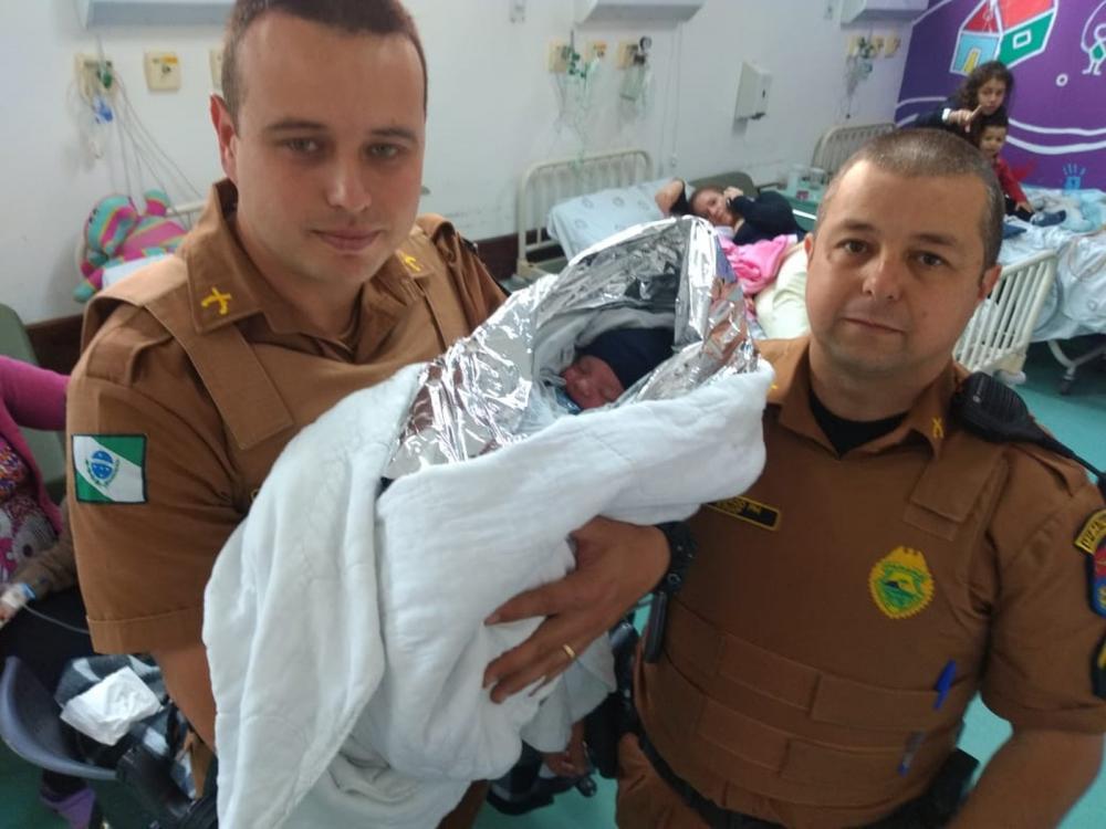 Bebê recém-nascido foi resgatado pela Polícia Militar no bairro Butiatuvinha — Foto: Divulgação/PM