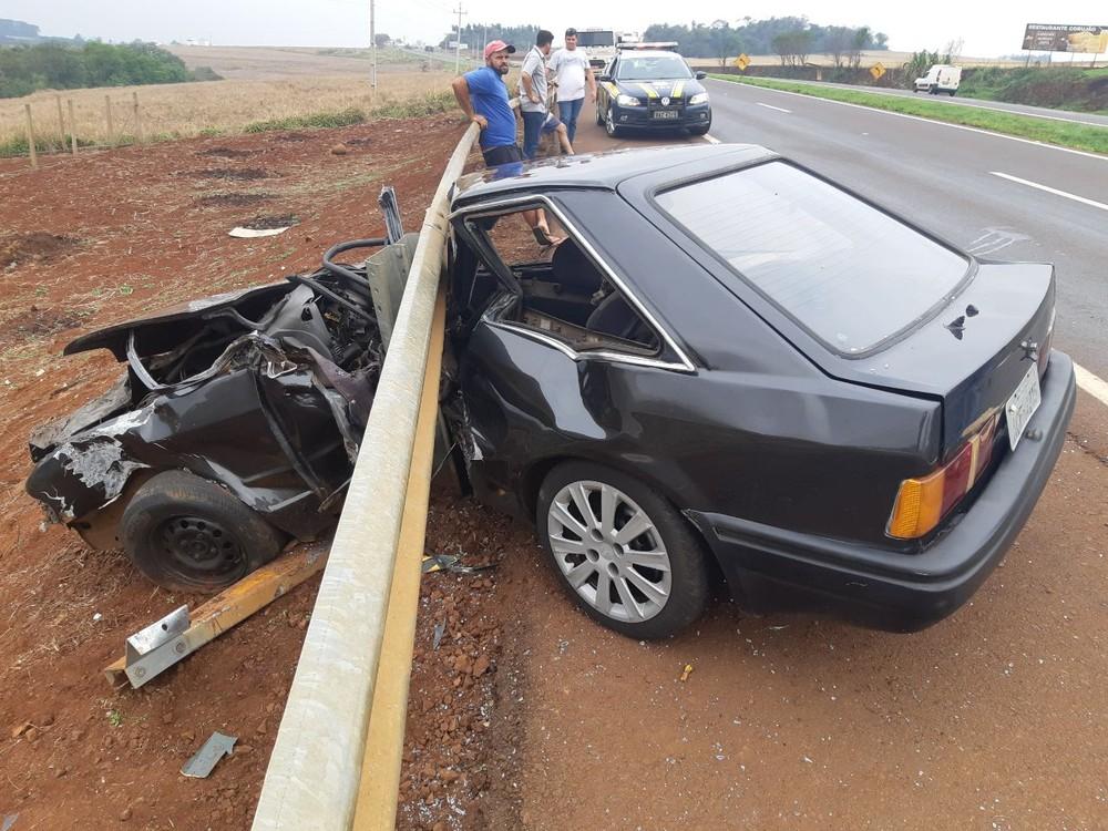 Jovem fica gravemente ferido após perder controle da direção do carro e bater na barra de proteção, na BR-467 — Foto: Divulgação/PRF