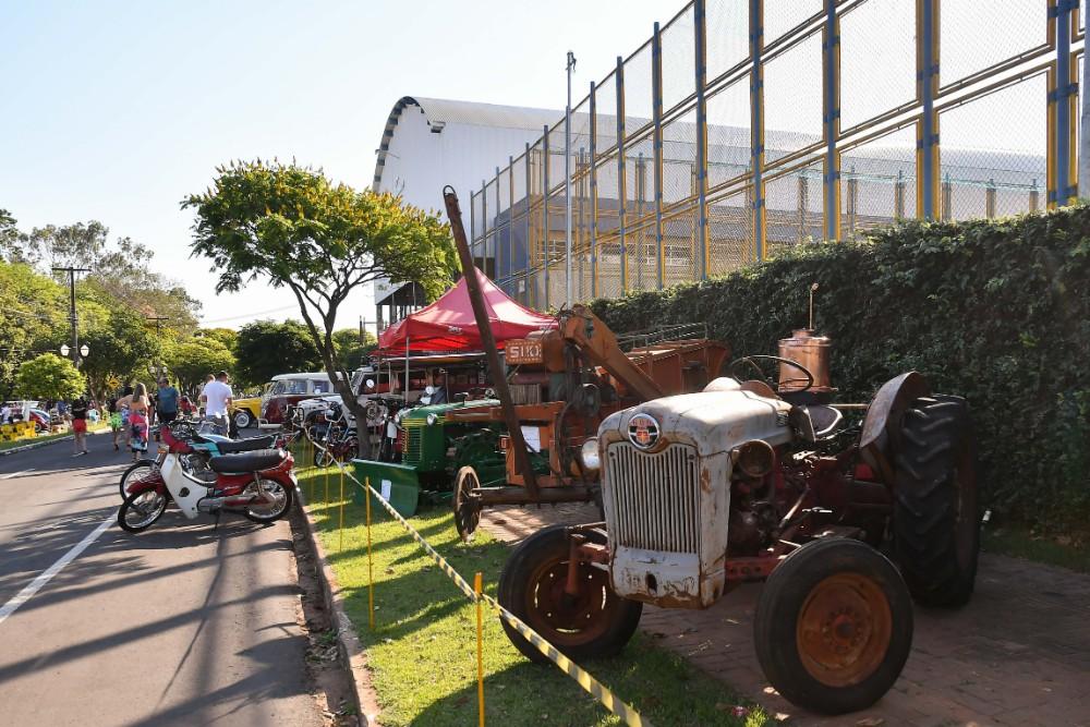 Encontro de carros antigos atraiu visitantes da cidade e região