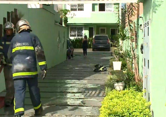 O incêndio foi iniciado no espaço gourmet da residência, que fica no bairro Jardim das Américas (Foto: RIC Record TV)