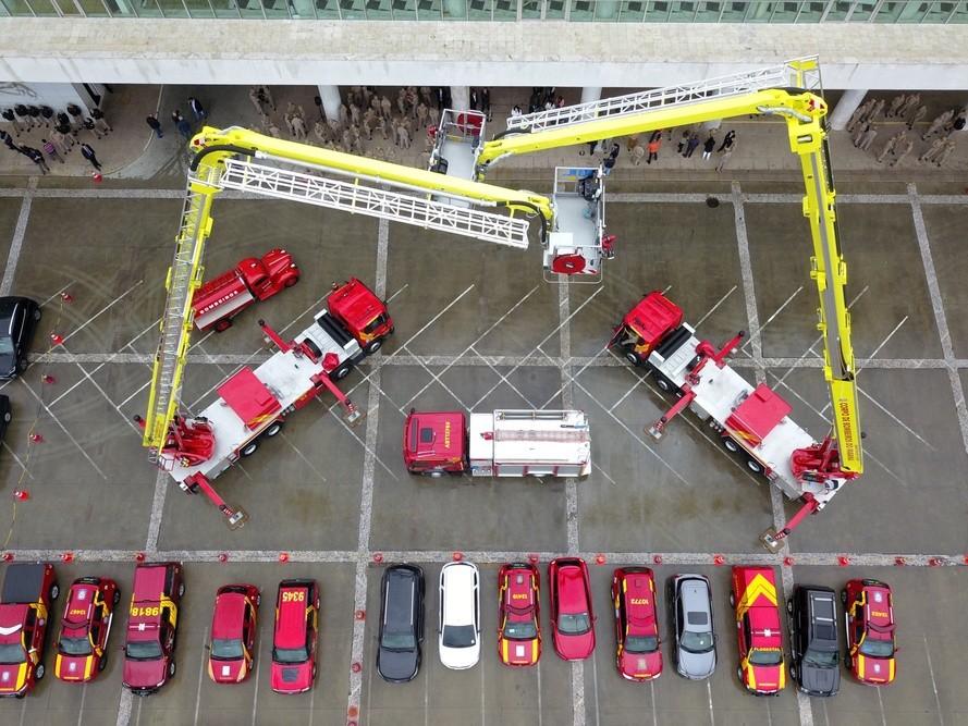 Bombeiros recebem plataformas para combate a incêndio em grandes alturas