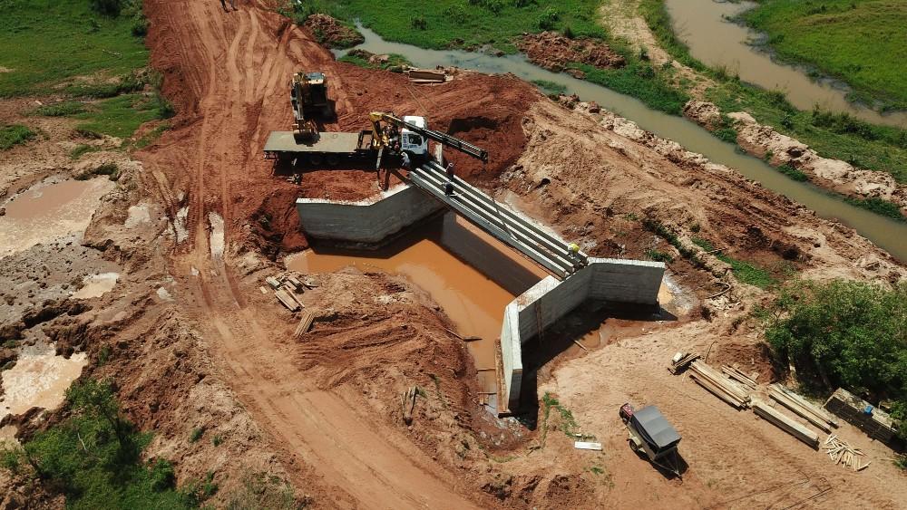 Ponte da Estrada Moema em Umuarama já recebeu as vigas de concreto