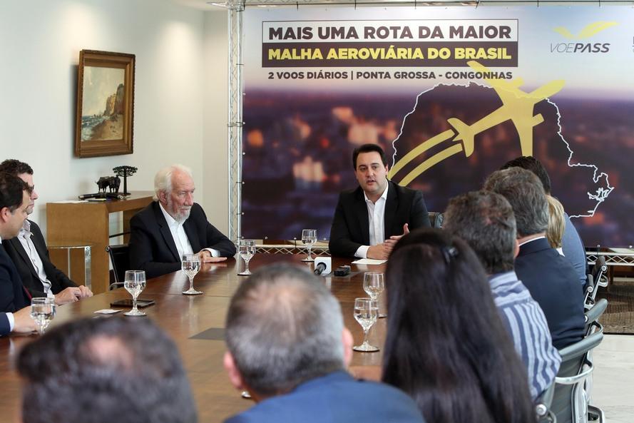 O governador Carlos Massa Ratinho Junior e o diretor-presidente da Passaredo Linhas Aéreas, Eduardo Bush, formalizam nesta terça-feira (10) um acordo para que a companhia passe a operar linhas regulares no Paraná.Foto Gilson Abreu/AEN
