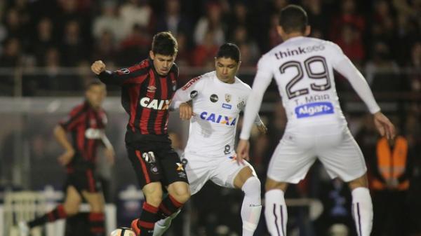 Em jogão de cinco gols, Santos vence o Atlético-PR e sai na frente na Libertadores