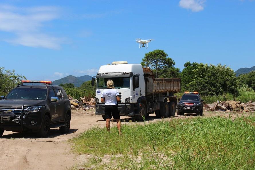 Polícia flagra homem despejando lixo em área de preservação. Foto: PCPR
