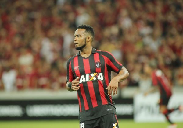 Após polêmica com torcedores, Carlos Alberto pede rescisão do Atlético-PR