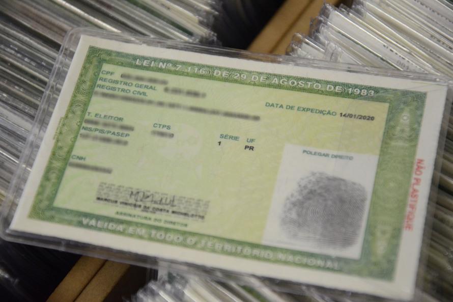 A Polícia Civil do Paraná (PCPR) iniciou a emissão de um novo modelo de carteira de identidade. O documento possibilita a inclusão de diversos dados e oferece mais segurança contra a falsificação. O antigo Registro Geral (RG) continua válido. Foto:Polícia
