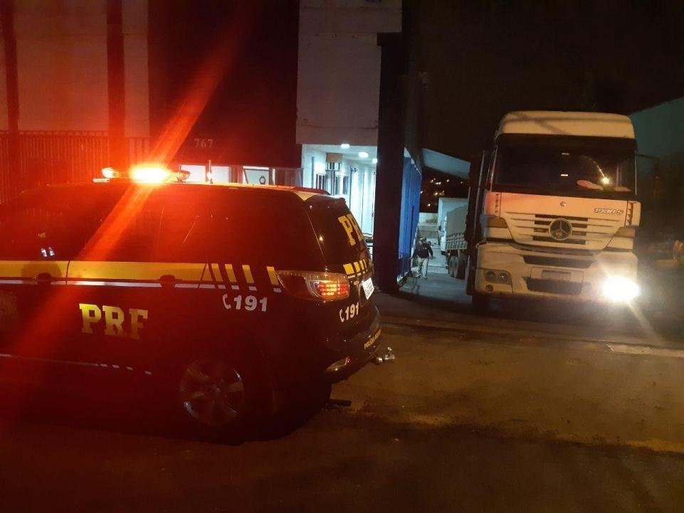 Carreta bitrem com 700 mil carteiras de cigarro é presa em Guarapuava