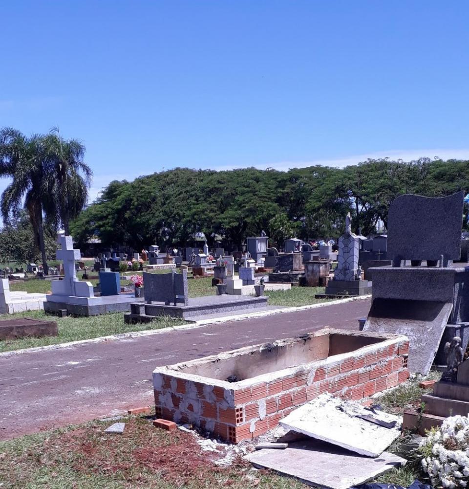 Túmulo do cemitério foi quebrado, e o caixão totalmente incendiado — Foto: Divulgação/Polícia Militar