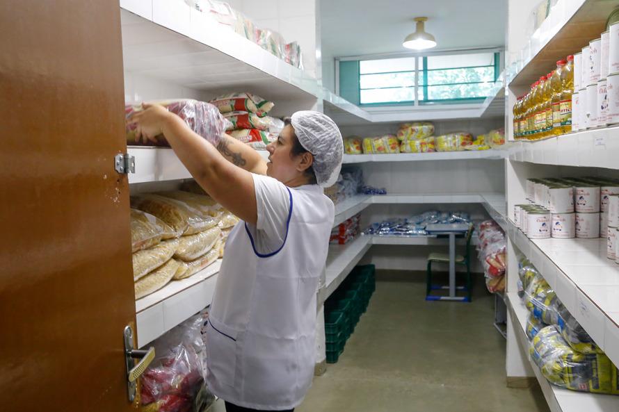 Merenda escolar será entregue quinzenalmente para famílias de alunos.Foto: Gilson Abreu/AEN