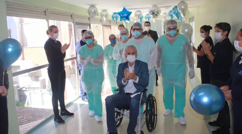 Primeiro paciente internado com covid-19 em Foz do Iguaçu recebe alta e deixa hospital sob aplausos