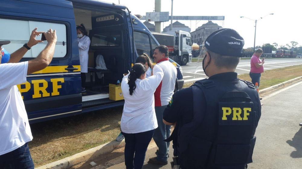 Caminhoneiros têm acesso à vacina da gripe nos postos da PRF
