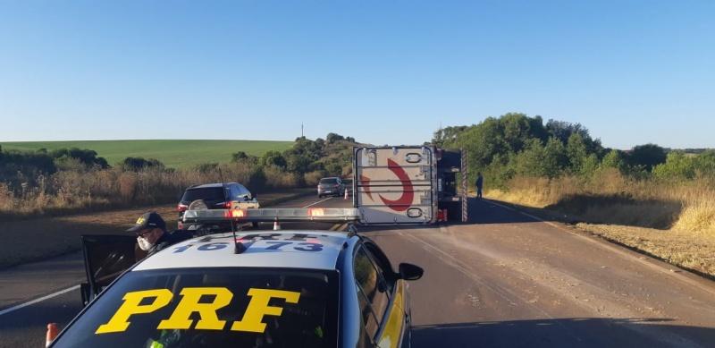 Após briga entre caminhoneiros, carreta tomba na BR-277 em Guarapuava; assista