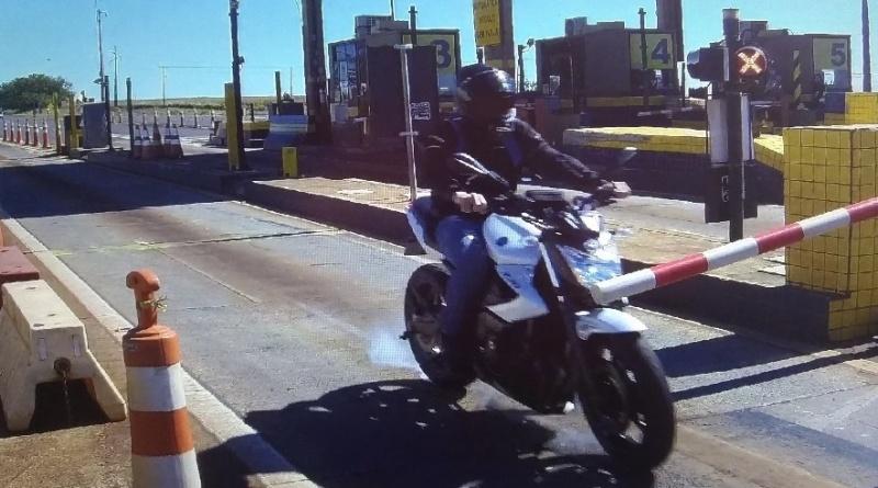 Motociclista fura pedágio, cai e toma prejuízo de R$ 3 mil no Paraná; assista