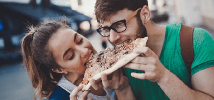 Veja quantos quilos a mais o primeiro ano de namoro pode te fazer ganhar