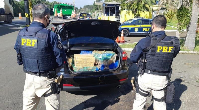 PRF recupera carro roubado e apreende quase 400 quilos de maconha com professora