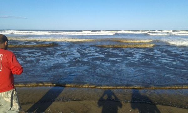 Mancha de óleo com origem desconhecida aparece em praia do litoral do Paraná