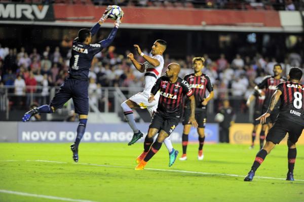 Thiago Heleno falha, mas Rossetto e Pablo comandam Atlético-PR em classificação