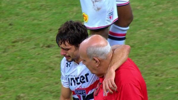 Exame inicial não aponta fratura em zagueiro Rodrigo Caio, do São Paulo