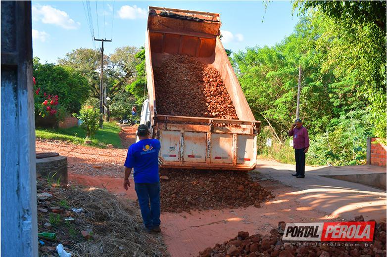 Prefeitura de Umuarama cascalha rua do Parque San Gaetano e combate erosão