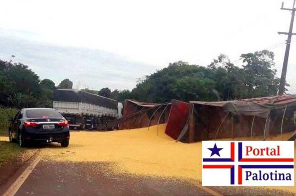 Motorista de carreta carregada de milho perde controle e tomba em Palotina