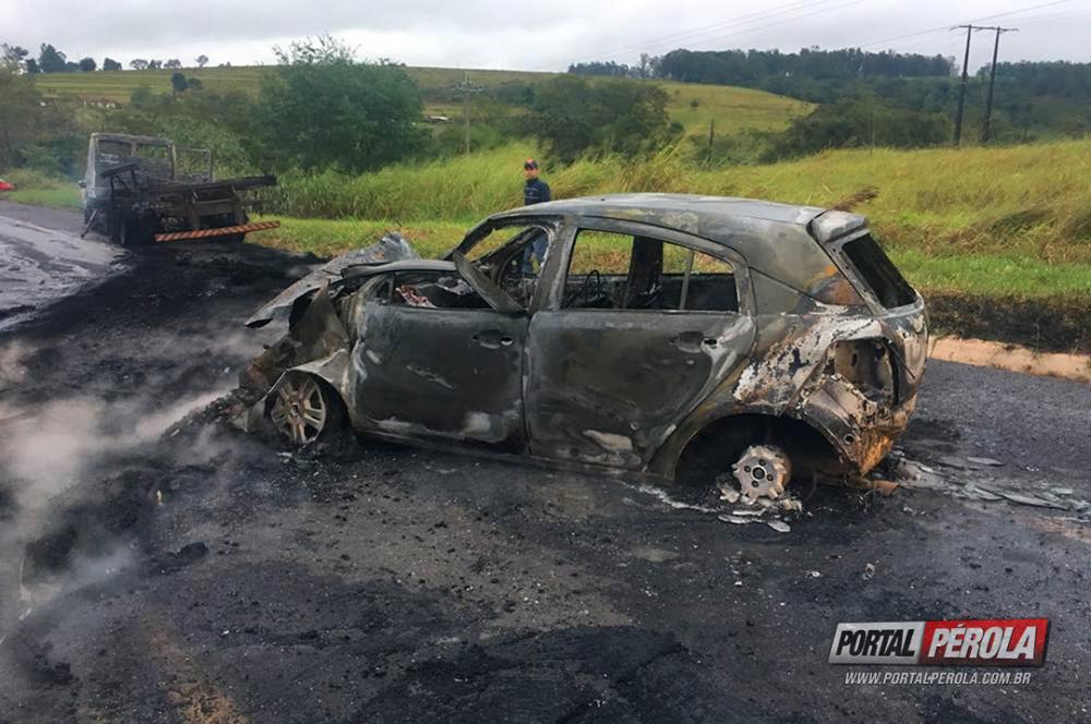 Jovem morre em acidente entre caminhão e dois carros na PR-323