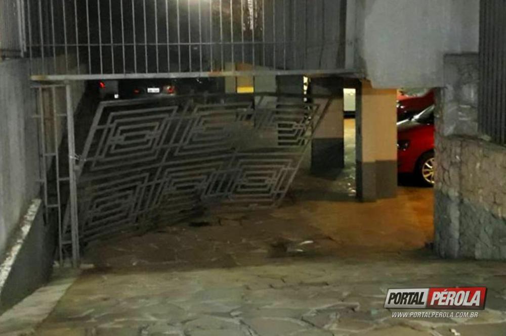 Mulher erra de endereço e faz estrago na garagem