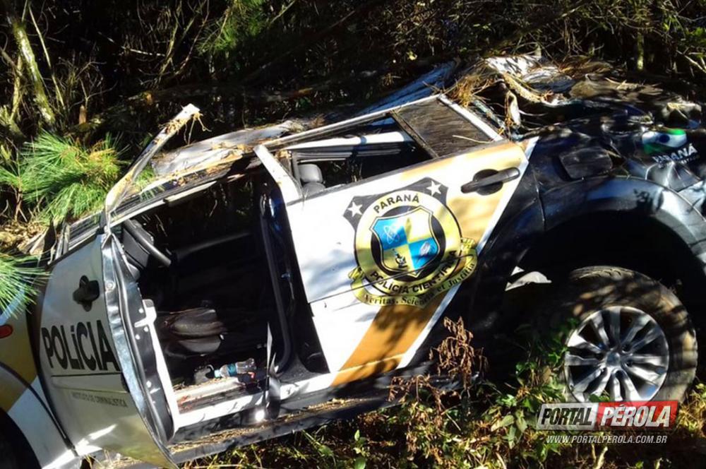 Carro da Polícia Científica bate em árvore na PR-151, em Palmeira, e deixa feridos