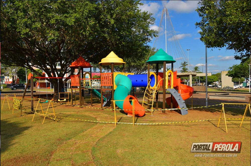 Praça Miguel Rossafa e Bosque Uirapuru ganham brinquedos infantis